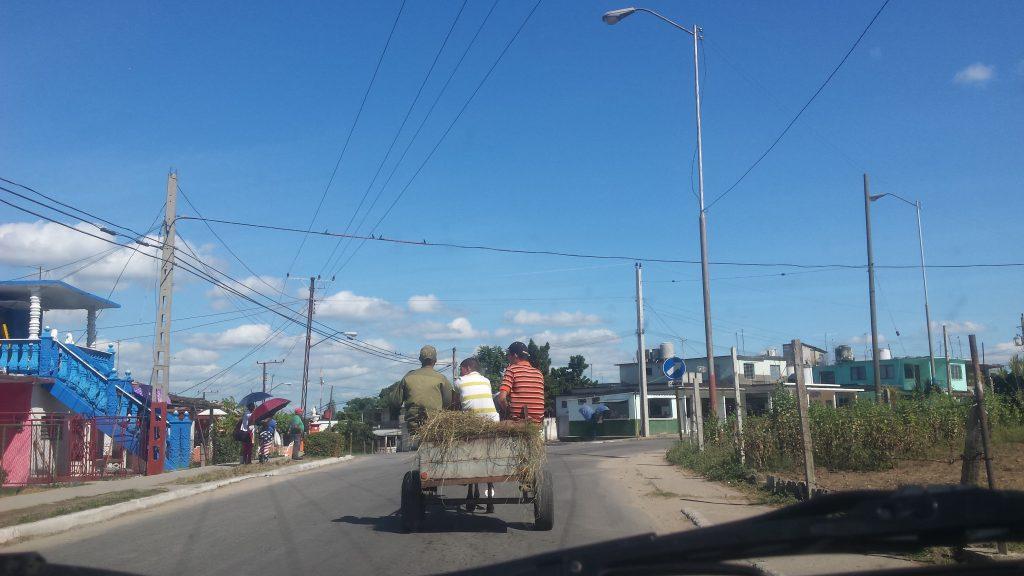 Img post Alquilar coche en Cuba. Carretera en pueblo - Pasaporte y Millas