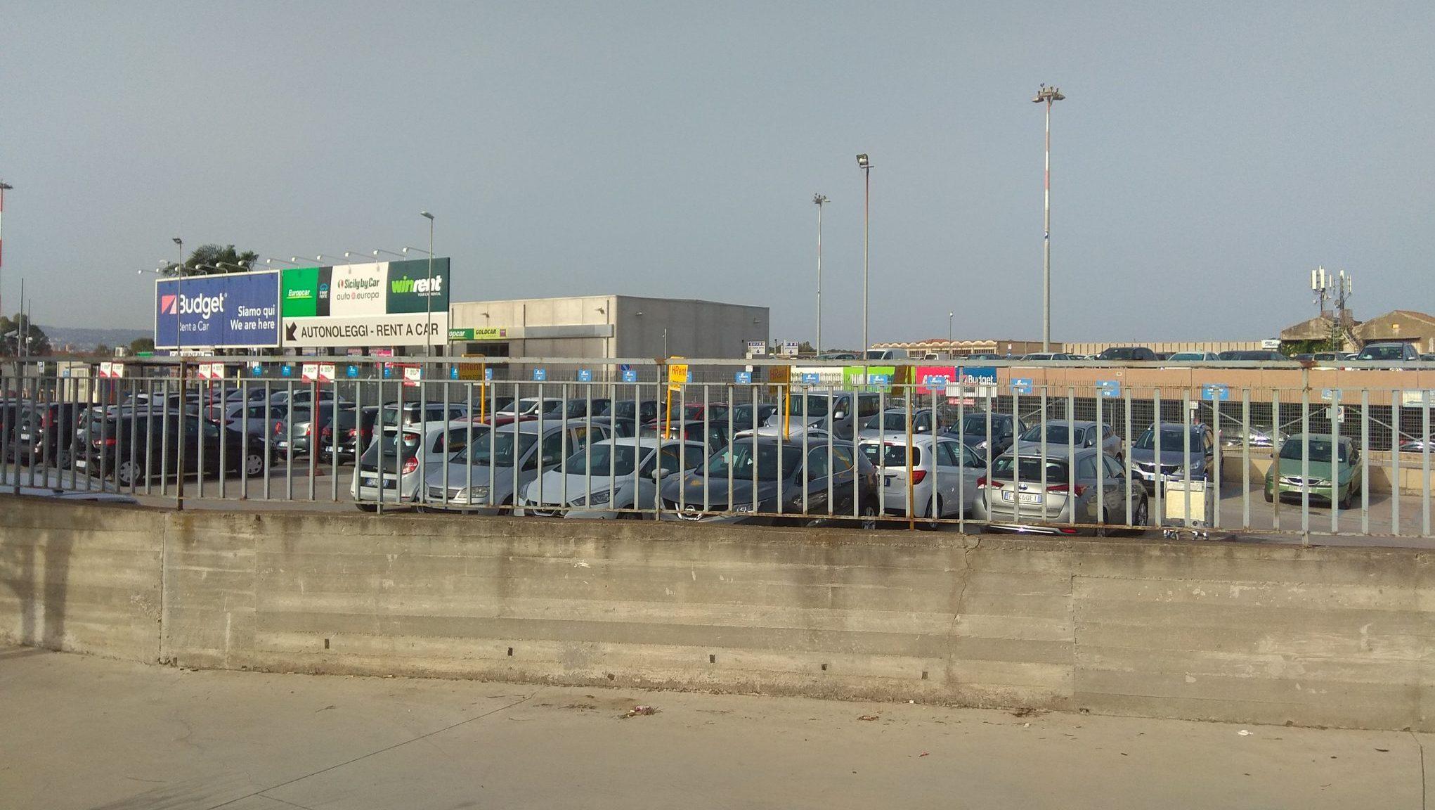Carteles aeropuerto Catania empresas alquiler de coches