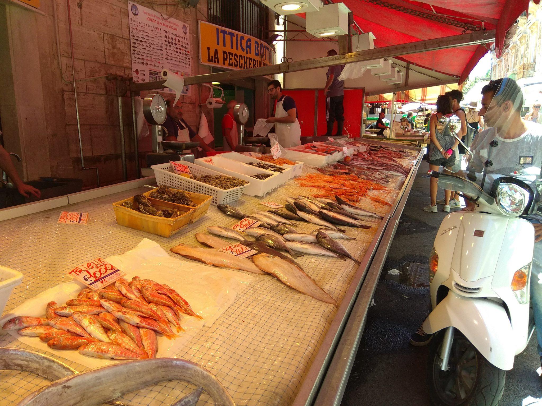 Img post Puesto de pescado mercado de Siracusa. Comer en Siracusa - Pasaporte y Millas