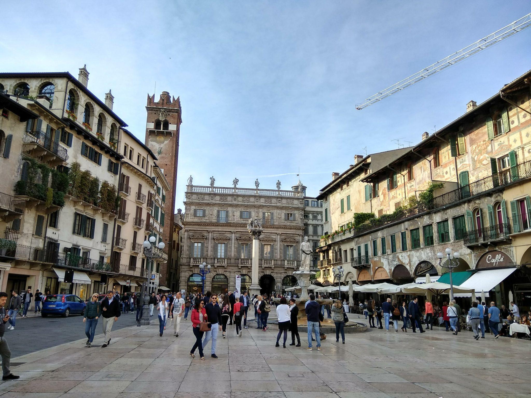 Img post Piazza Erbe. Bolonia en un día. Venecia, Bolonia y Verona-Pasaporte y Millas